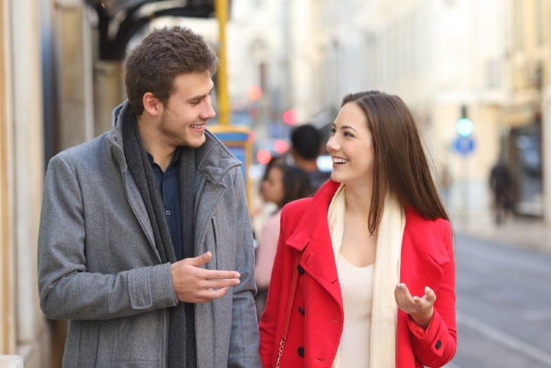 heureux homme et femme parlant dans la rue