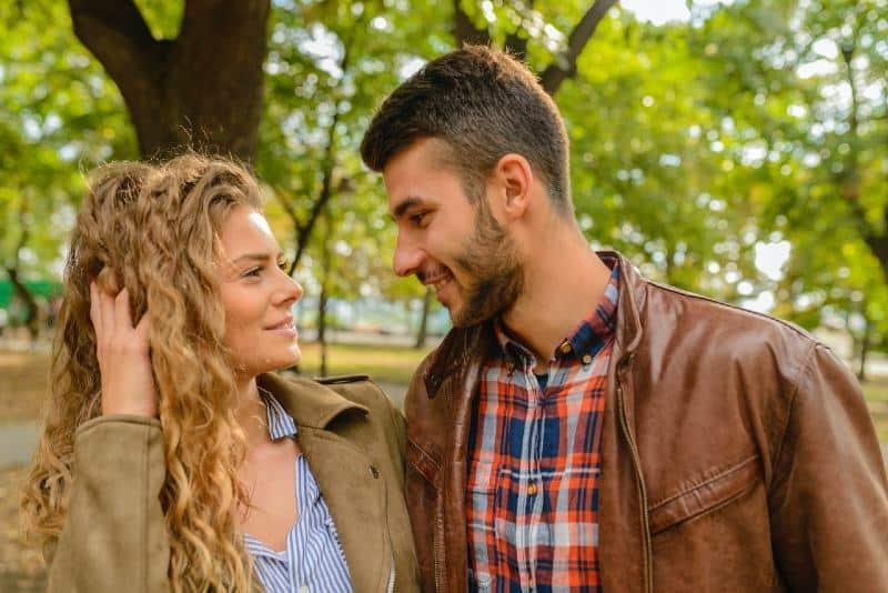 un homme et une femme heureux se regardant