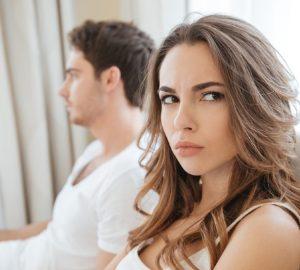 une femme s'ennuie, assis près de l'homme