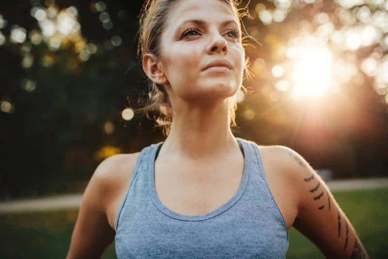 jeune femme en tenue de sport en plein air