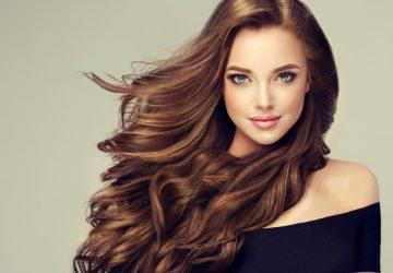 portrait d'une belle femme aux cheveux longs