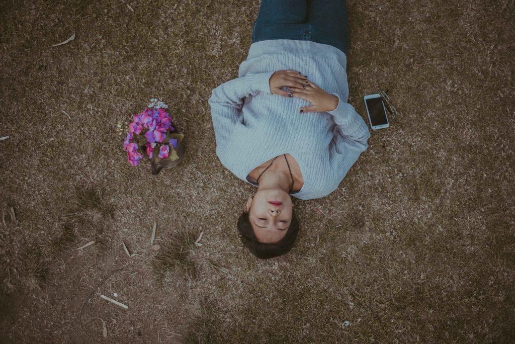 la femme gît par terre