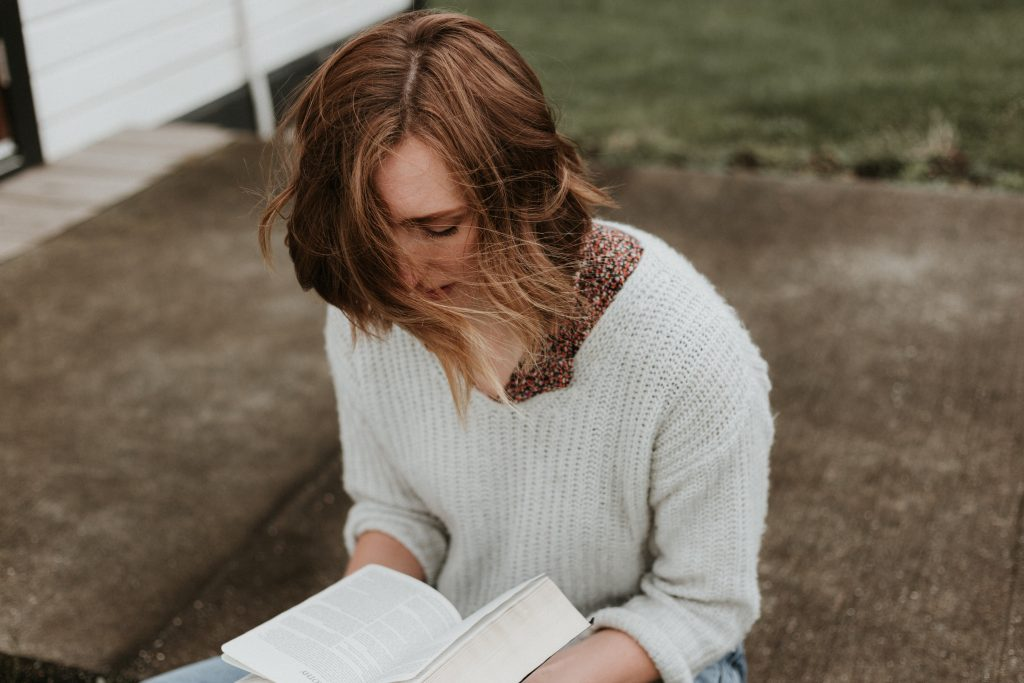 la femme s'assoit et lit un livre
