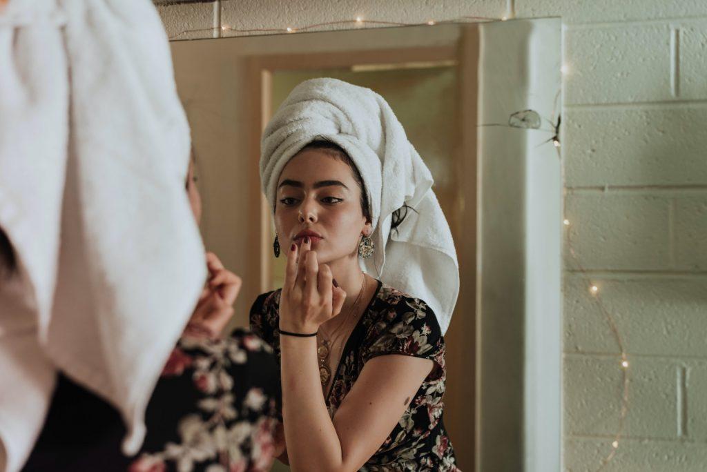 la femme se regarde dans le miroir