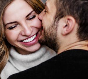 homme et femme câlins