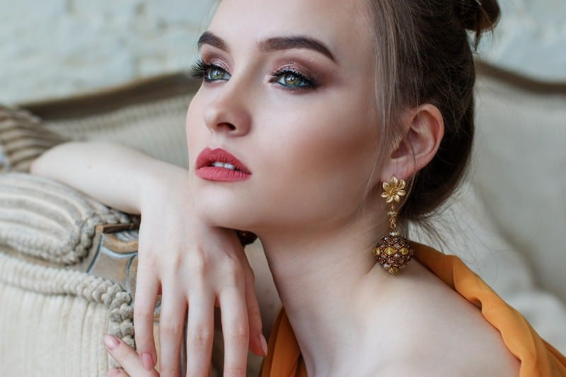 portrait d'une belle femme blonde aux yeux bleus