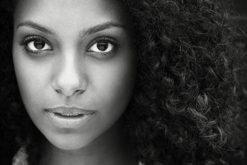 portrait en noir et blanc d'une belle jeune femme africaine