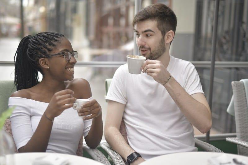 un couple heureux de boire du café