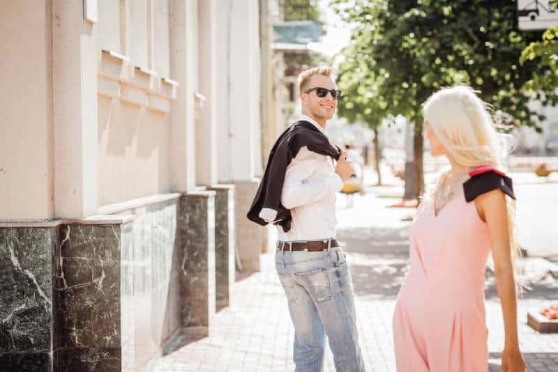 un gars qui a l'air d'une gentille fille en se promenant dans la rue