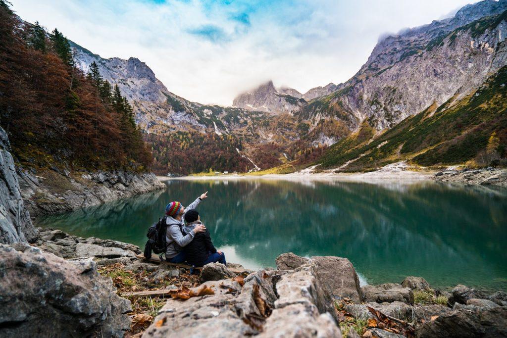un homme et une femme assis sur un rocher