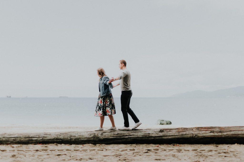 un homme et une femme marchent au bord de la rivièređ