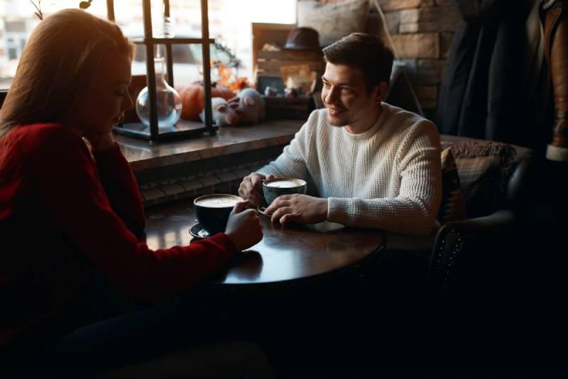un homme et une femme se rencontrent au bar