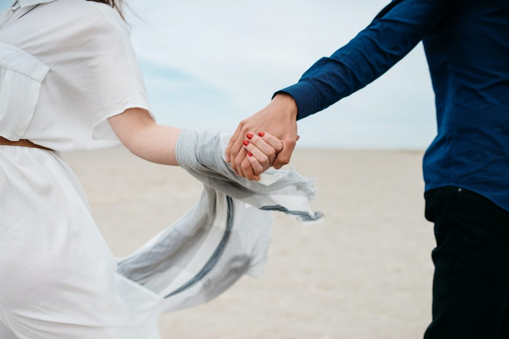 un homme et une femme se tenant la main