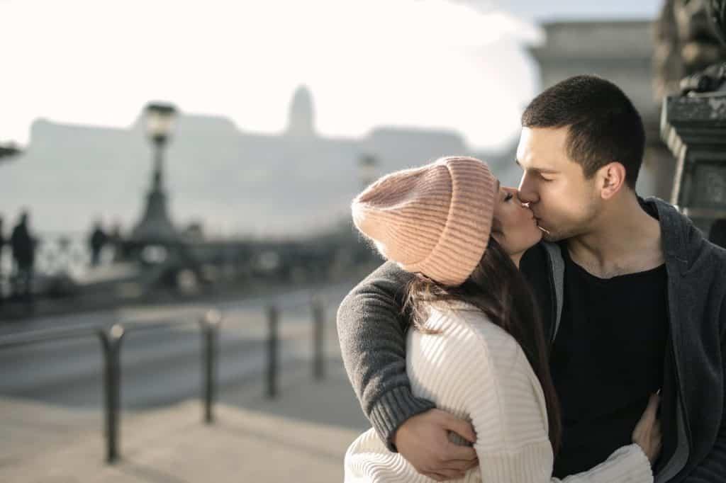 un homme et une femme s'embrassent en s'embrassant