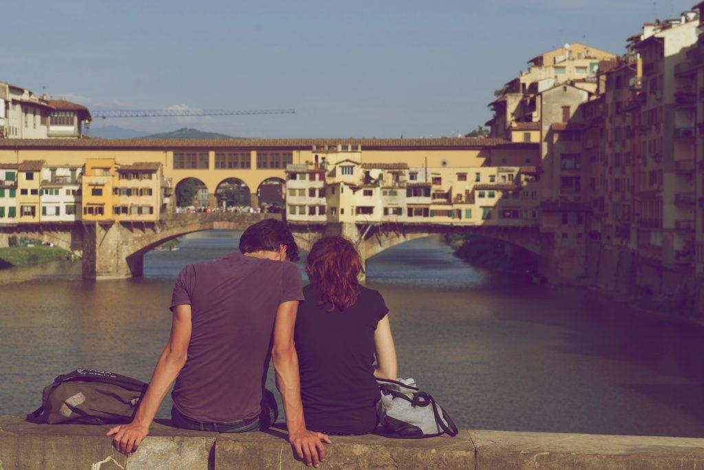 un homme et une femme sont assis sur le dos