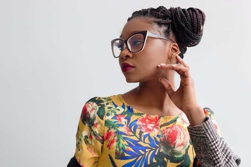 belle femme africaine pense