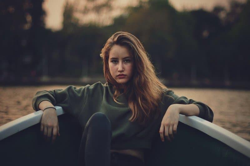 une femme assise dans un bateau