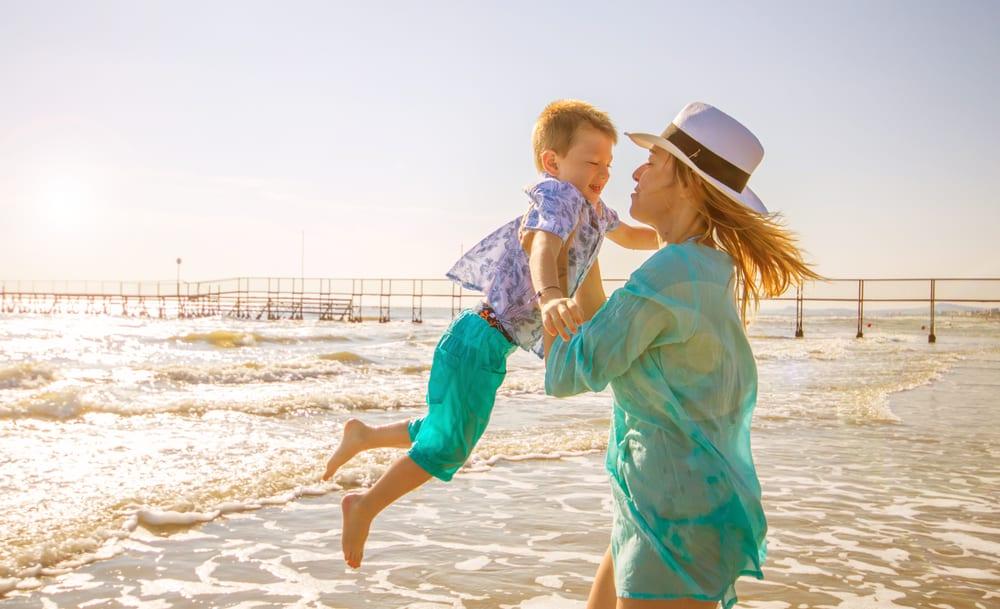 une femme avec son fils aime la plage