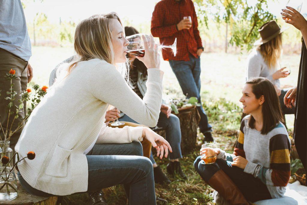 une femme boit en compagnie