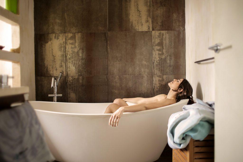 une femme dans une baignoire