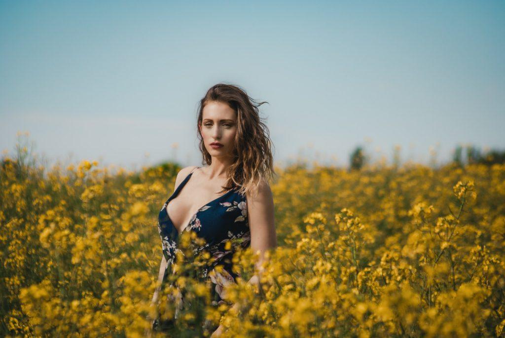 une femme dans une robe noire dans un ensemble de champ