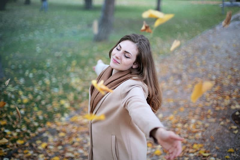 une femme heureuse en automne