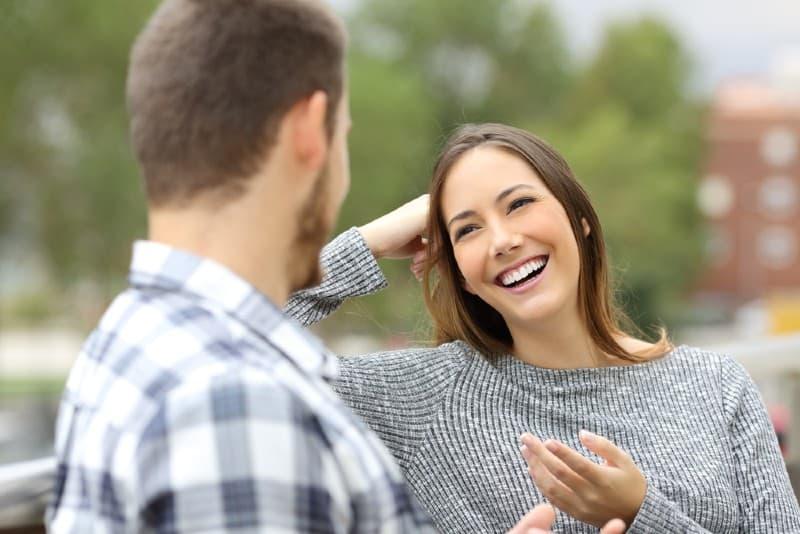 une femme heureuse parle à un homme
