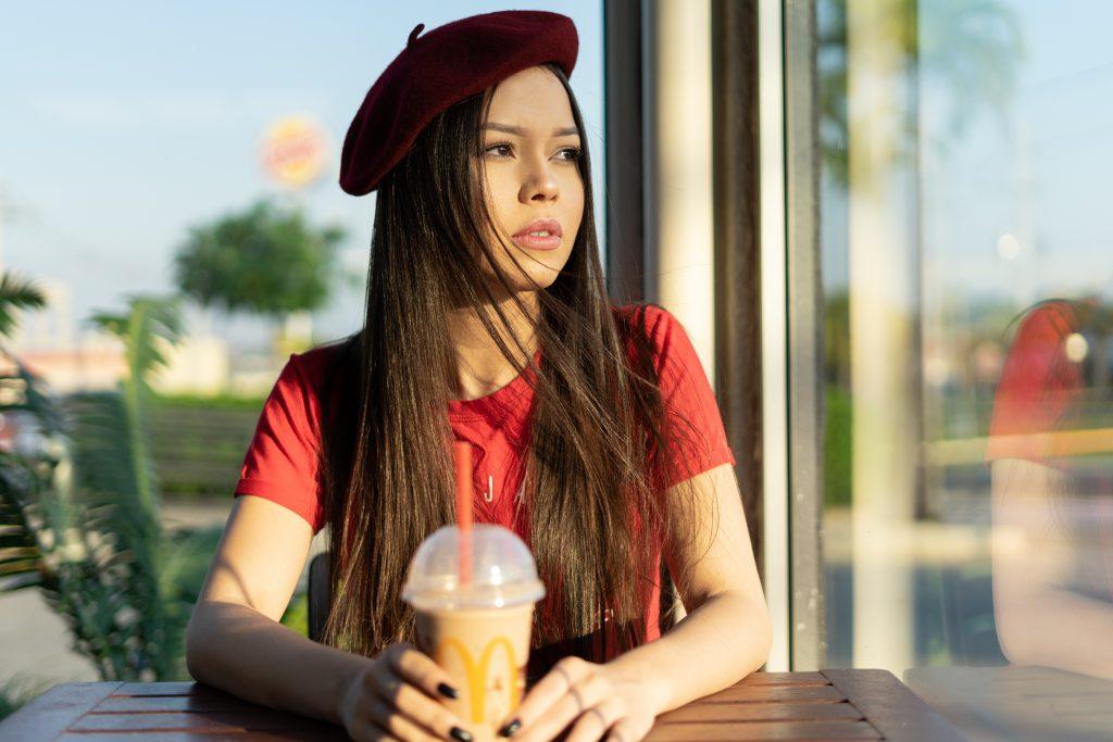 une femme imaginaire s'assoit et boit du jus