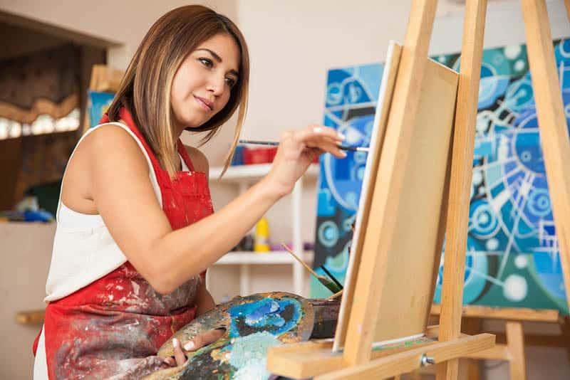 une femme qui peint à la maison