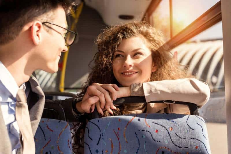 une femme tombe amoureuse à vue d'œil dans le train