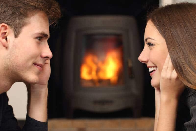vue de côté d'un couple qui se regarde