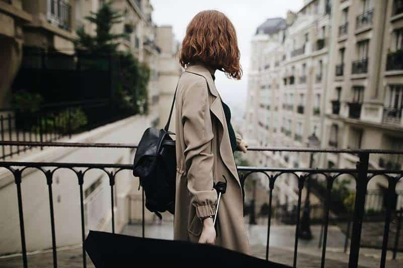 vue de dos d'une femme près d'une clôture