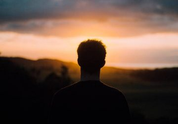 silhouette d'un homme face au coucher du soleil