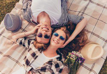 hommes femmes allongés sur l'herbe