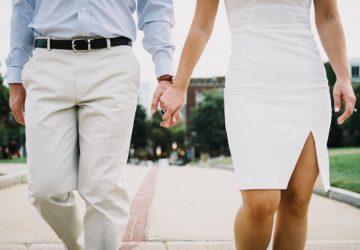 Un homme et une femme se tenant la main à l'extérieur