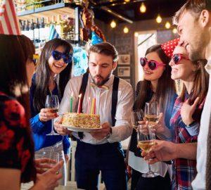 Des amis fêtent leur anniversaire
