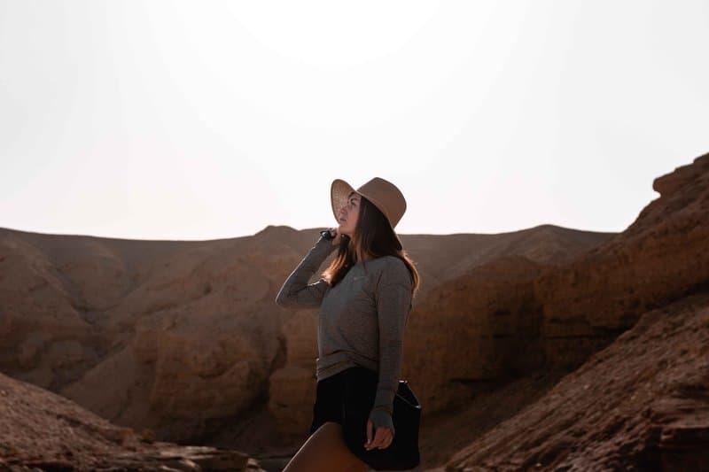la femme au chapeau est debout
