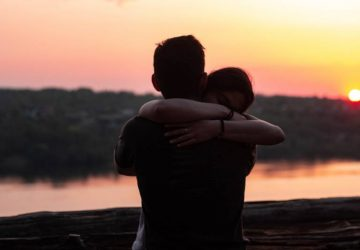 couple s'embrassant au coucher du soleil