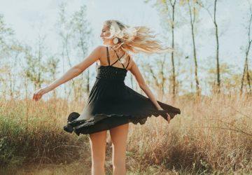 une femme en robe noire aime le terrain