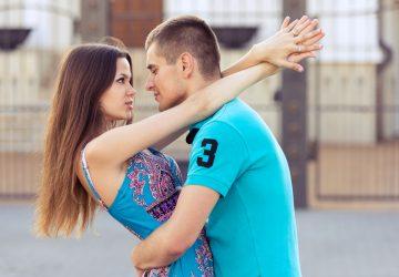 homme et femme embrassant