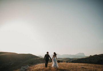 Les mariés en haut de la colline