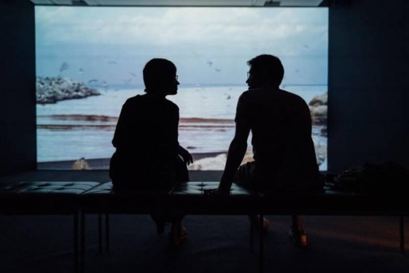 Silhouette du couple ayant une conversation
