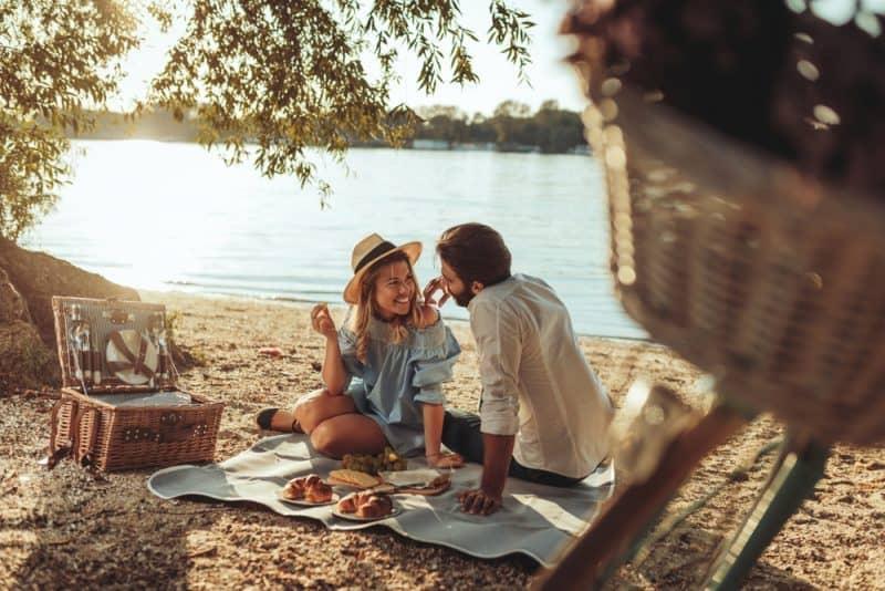 un homme et une femme sont assis dans la nature