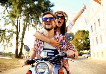 un homme et une femme conduisent une moto