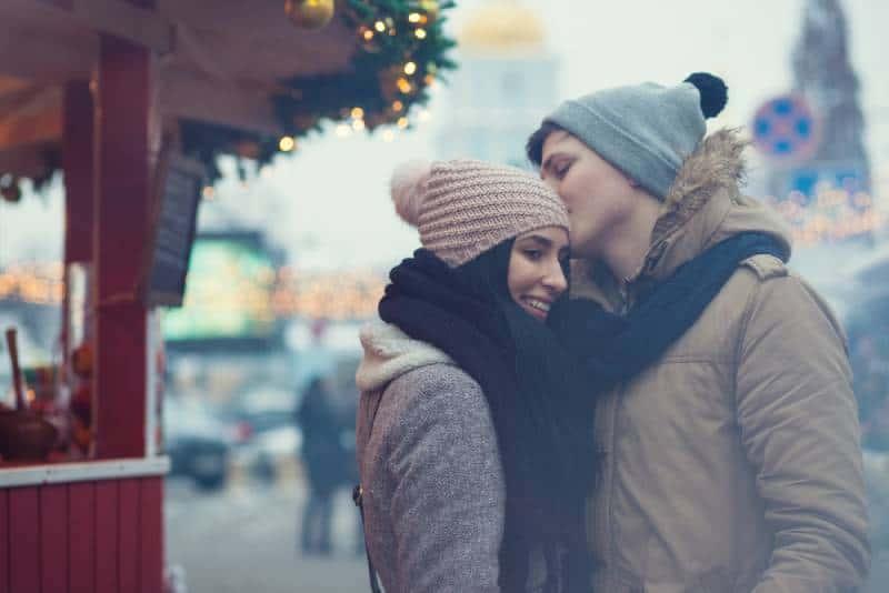 couple debout sur le marché de noël