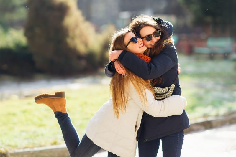 des amies qui s'embrassent à l'extérieur