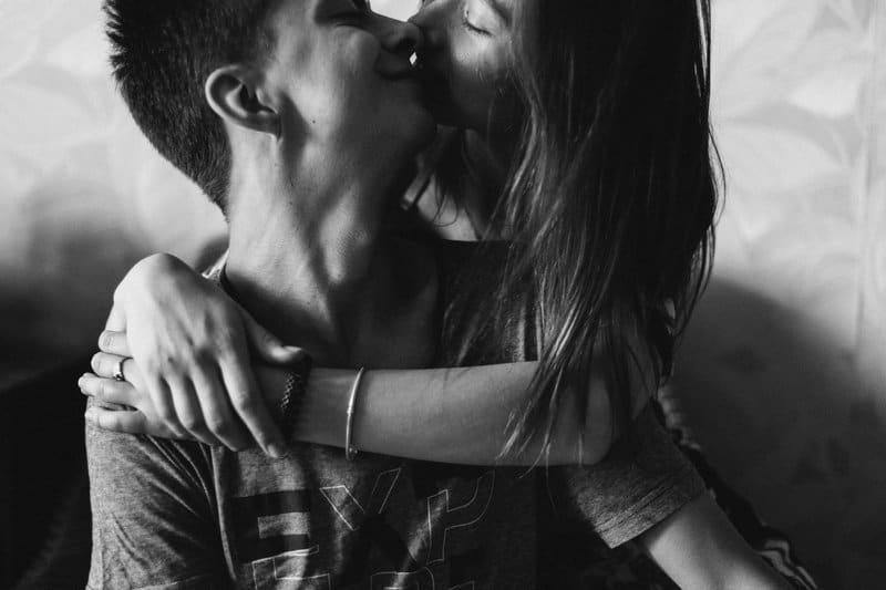la femme embrasse l'homme et l'embrasse