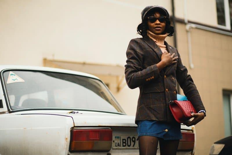 la femme est debout à côté de la voiture