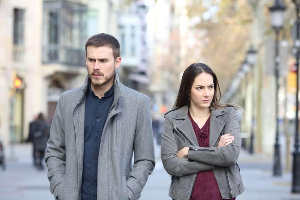 l'homme et la femme marchent avec colère