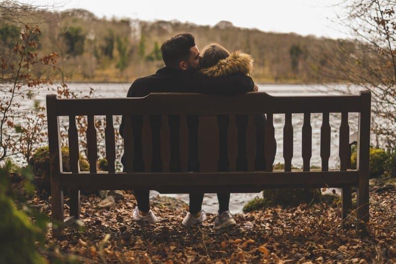 l'homme s'assoit avec la femme sur la clé et l'embrasse